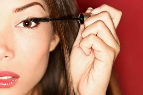 ¿Quieres mantener tu maquillaje de ojos intacto? ¡Utiliza un primer de ojos!