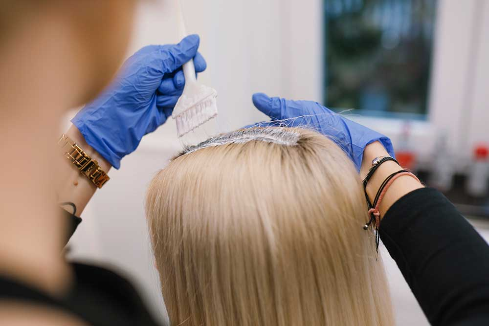 ¿Es recomendable teñirse el pelo en verano?